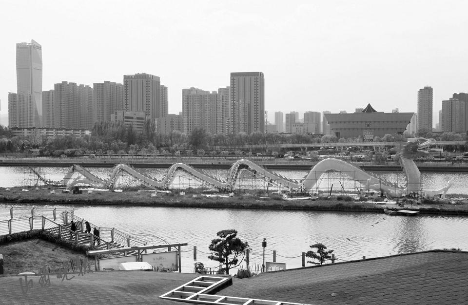"""4月19日,在省城汾河景区,工艺师正在为""""中华第一巨龙""""景观灯更换新装。作为太原标志性景观之一,每年""""五一""""前夕""""巨龙""""都会进行一次加固翻新,以全新的面貌迎接游客。(山西晚报 武六红 摄影报道)"""